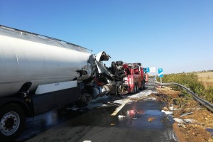 Muere un conductor de Bonares en la colisión entre dos camiones en la A-49.