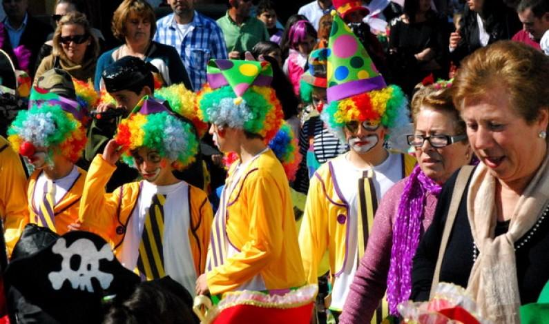 El pasacalle infantil del Carnaval toma las calles de Bonares.