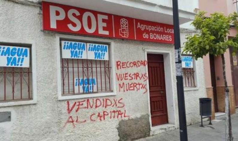 El PSOE de Bonares denuncia ante la Guardia Civil la aparición de pintadas en la sede local.