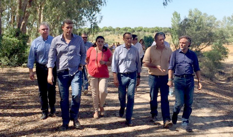 El consejero de Medio Ambiente José Fiscal, visita los terrenos de la ampliación de Doñana.