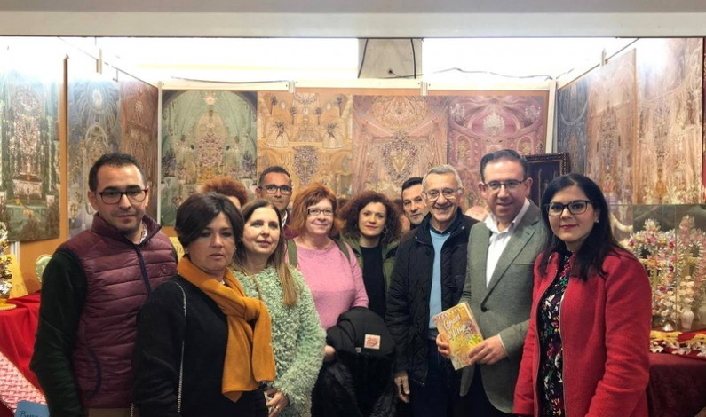 La asociación de las Cruces de Mayo y Afa Bonares visitan en Aracena la I Feria de Muestra de Asociaciones de la Provincia.