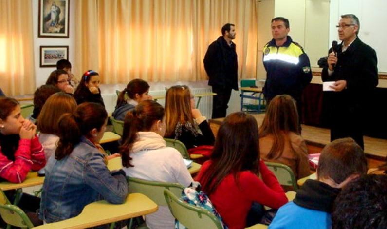 La Policía Municipal de Bonares imparte clases de seguridad vial a los alumnos del Instituto.
