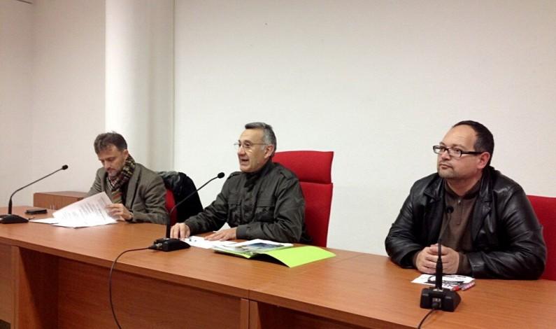 El delegado de la Junta en Huelva José Fiscal interviene en un acto de partido en Bonares.