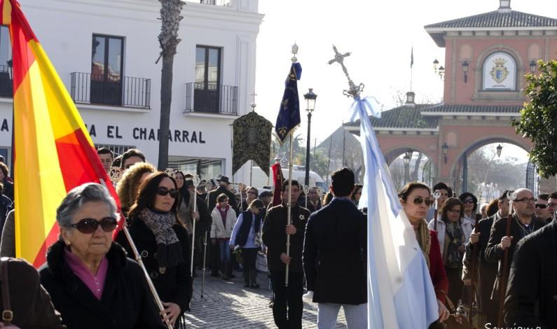 Bonares se vuelca masivamente en la peregrinación anual ante la Blanca Paloma.