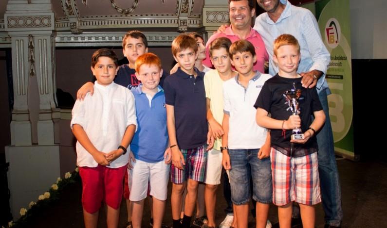 Los dos equipos benjamines de nuestro Club Baloncesto Bonares ( masculino y femenino ) reciben los trofeos como subcampeones de Huelva.
