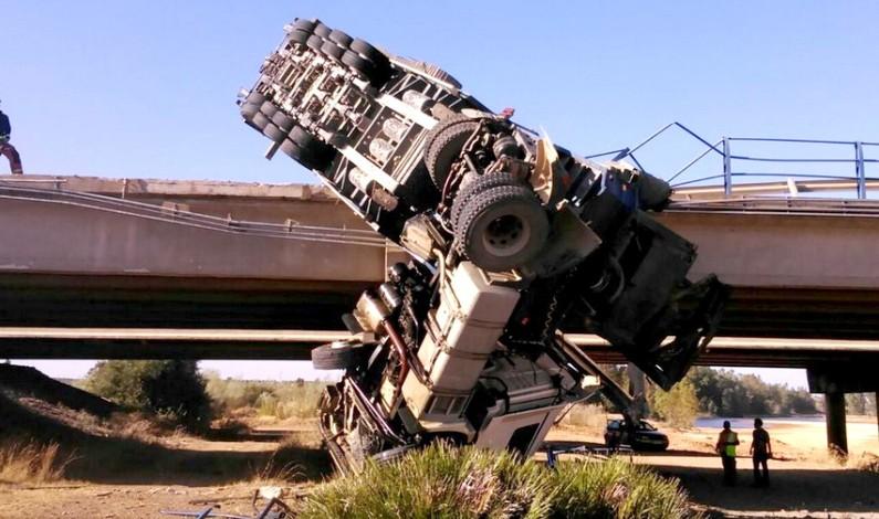 Vuelca un camión en el puente del Rio Tinto a la altura de Bonares.