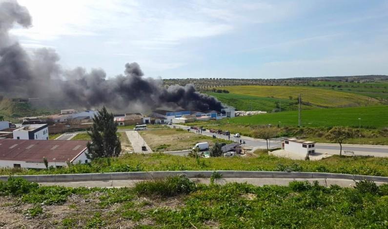 Sofocado un aparatoso incendio en una fábrica de plásticos de Bonares.