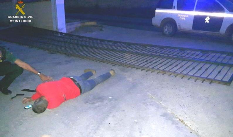 La Guardia Civil auxilia a un varón que se encontraba atrapado bajo una  puerta de hierro en Moguer.