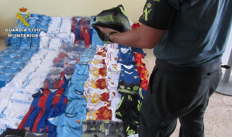 Intervenidas en Mazagón una gran cantidad de prendas deportivas falsificadas.