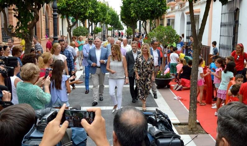 Abuchean a Susana Díaz durante su visita a San Juan del Puerto.
