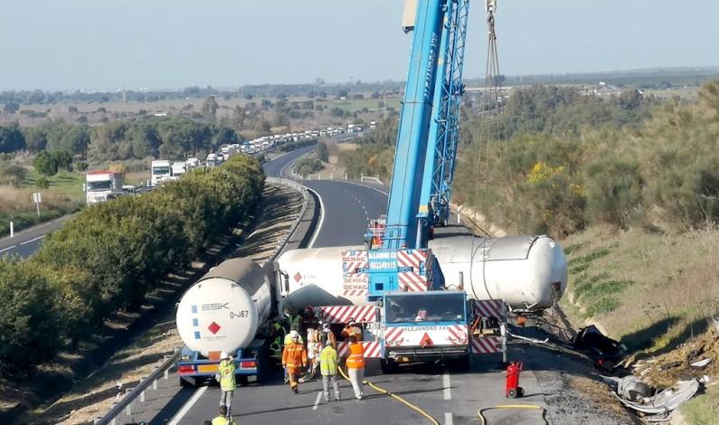 Abierta al tráfico en los dos sentidos la A-49 tras el vuelco del camión con gas en Bonares.