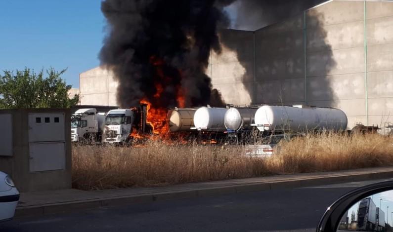 Varios camiones afectados por un incendio en el Polígono Los Bermejales de Niebla.