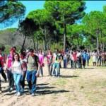 Los alumnos del instituto realizan una marcha a pie al Rocio.