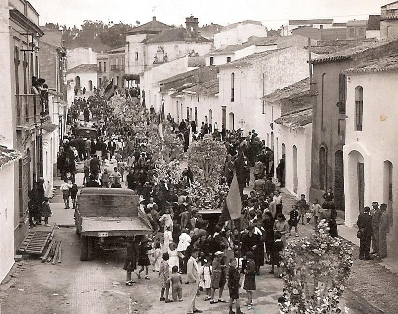 Día de la Cruz el dia 18 de Mayo de 1941, por la calle del Pozo.