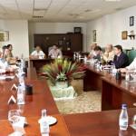 El Consejero de Agricultura se reune en Bonares con los productores y exportadores freseros.