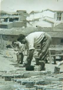 Trabajadores poniendo a secar los ladrillos en una fabrica de Bonares.