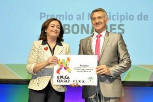La Consejera Mar Moreno hace entrega del galardón al alcalde de Bonares.