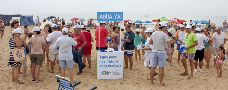 campaña informativa en Mazagón y Matalascañas con el reparto de más de 2.000 balones y gorras