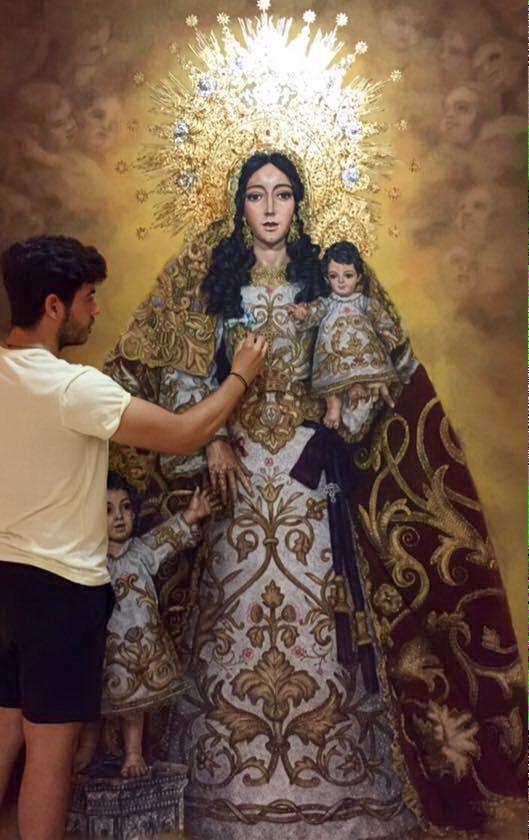 Manuel Peña Suarez ante su obra Santa María Salomé.