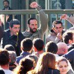 Un grupo de agricultores del Condado se encadenan de forma indefinida ante la Junta de Andalucía.