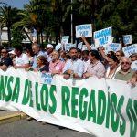 Miles de personas se manifiestan para pedir a la Junta y al Gobierno la tierra y el agua del Condado.