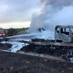 Cortada al tráfico la A-49 por el incendio de un camión con 20.000 litros de gasóleo.