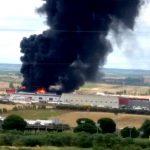 Aparatoso incendio en el Polígono los Bermejales de Niebla.
