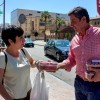 Reparten 5.000 kilos de fresas en Huelva capital para informar sobre las demandas de los agricultores del Condado.