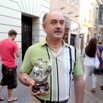 Agustín Carrasco recibe el trofeo Nicolás Herves por su dedicación al Baloncesto de Bonares.