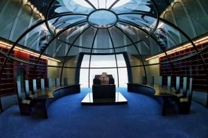 Es una torá del siglo XVI, regalo de un Obispo Belga que se venera en el centro de la Biblioteca de esta Casa dentro de una burbuja de cristal
