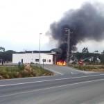 Sale ardiendo una furgoneta en la gasolinera de Bonares.