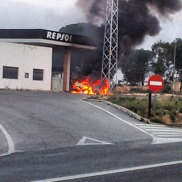 Vehículo en llamas,gasolinera de#Bonares